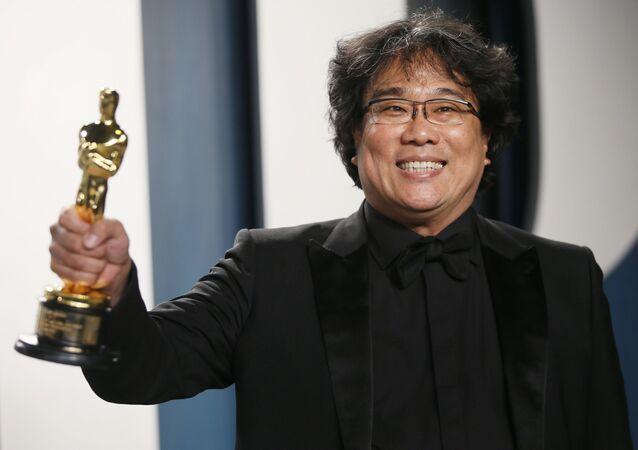المخرج بونغ جون هو عقب فوزه بجائزة أوسكار في حفل توزيع جوائز أكاديمية فنون وعلوم السينما على مسرح دولبي، لوس أنجلوس، الولايات المتحدة، 9 فبراير/ شباط 2020