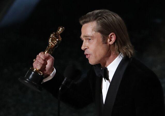 الممثل الأمريكي براد بيت عقب فوزه بجائزة أوسكار أفضل ممثل مساعد، مسرح دولبي، الولايات المتحدة، 9 فبراير/ شباط 2020