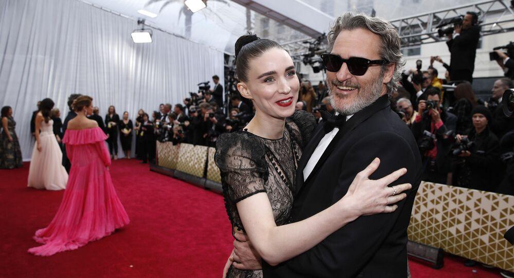 الممثل الأمريكي خواكين فينيكس مع صديقته روني مارا في حفل توزيع جوائز أوسكار، لوس أنجلوس، الولايات المتحدة، 9 فبراير/ شباط 2020
