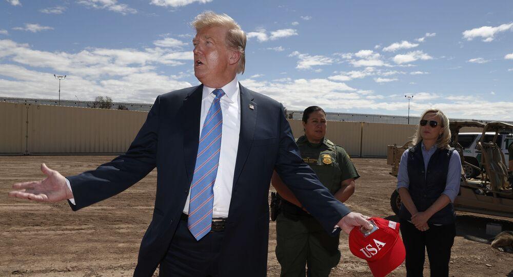 الرئيس الأمريكي دونالد ترامب عند الجدار الحدودي مع المكسيك