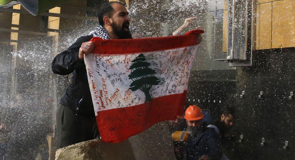 مواجهات بين قوات الأمن والمتظاهرين أمام مبنى البرلمان في بيروت، لبنان 11 فبراير 2020