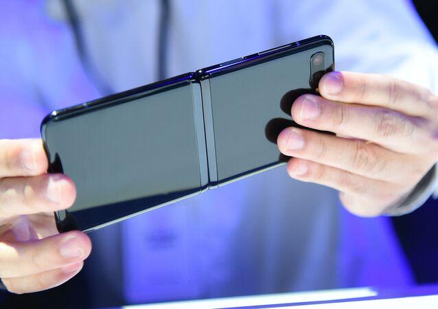 عرض هاتف غالاكسي الجديد قابل للطي Galaxy Z Flip في سان فرانسيسكو، الولايات المتحدة 11 فبراير 2020