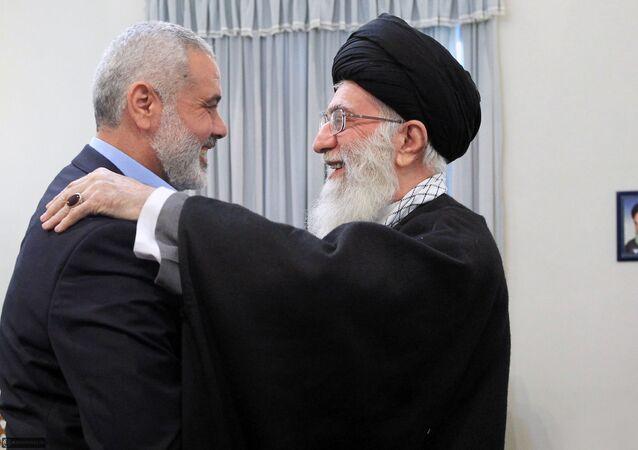رئیس المكتب السیاسي في حرکة المقاومة الإسلامية الفلسطینیة حماس، وقائد الثورة الإسلامية في إيران، آیة الله علي خامنئي