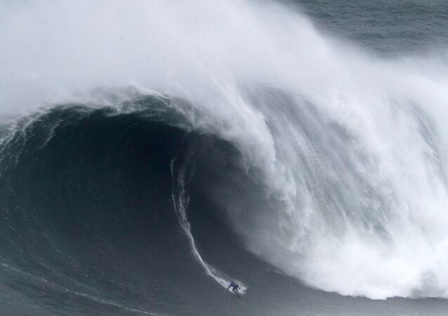 راكب الأمواج من هاواي كاي ليني يركب الموجة العملاقة خلال تحدي نزاري تو لركوب الأمواج في البرتغال، 11 فبراير 2020