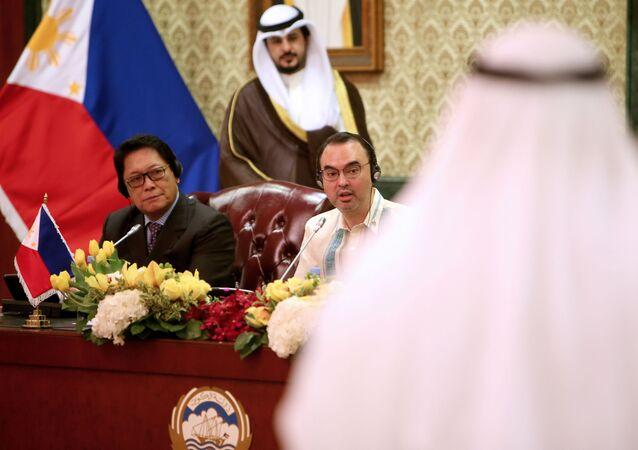 وزير العمل الفلبيني سلفستر بيلو في مؤتمر صحفي في الكويت
