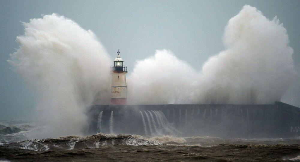 أمواج ترتطم بمنارة نيو هافن على الساحل الجنوبي لإنجلترا خلال إعصار سيارا، 9 فبراير 2020