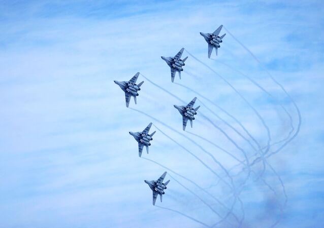 عرض جوي لفرقة الاستعراض الجوي الروسية ستريجي، في إطار حملة الخدمة العسكرية التعاقدية في القوات المسلحة لروسيا الاتحادية - اختيارك! في كراسنودار الروسية، 8 فبراير 2020