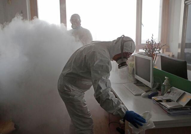 تطهير مكاتب العمل في شنغهاي، بعد الإعلان عن انتشار فيروس كورونا في الصين 12 فبراير 2020