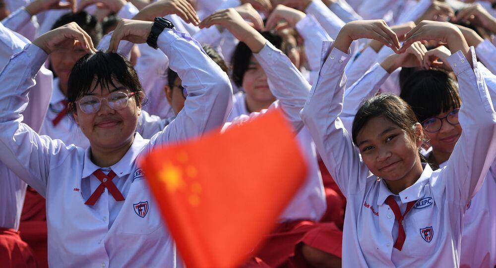 تلاميذ تايلانديون يشكّلون قلبا بأذرعهم بمناسبة يوم فالنتاين (عيد الحب) لإظهار دعمهم للصين في محاربتهم لفيروس كورونا في مدرسة في أيوتخايا، خارج بانكوك، تايلاند 14 فبراير 2020