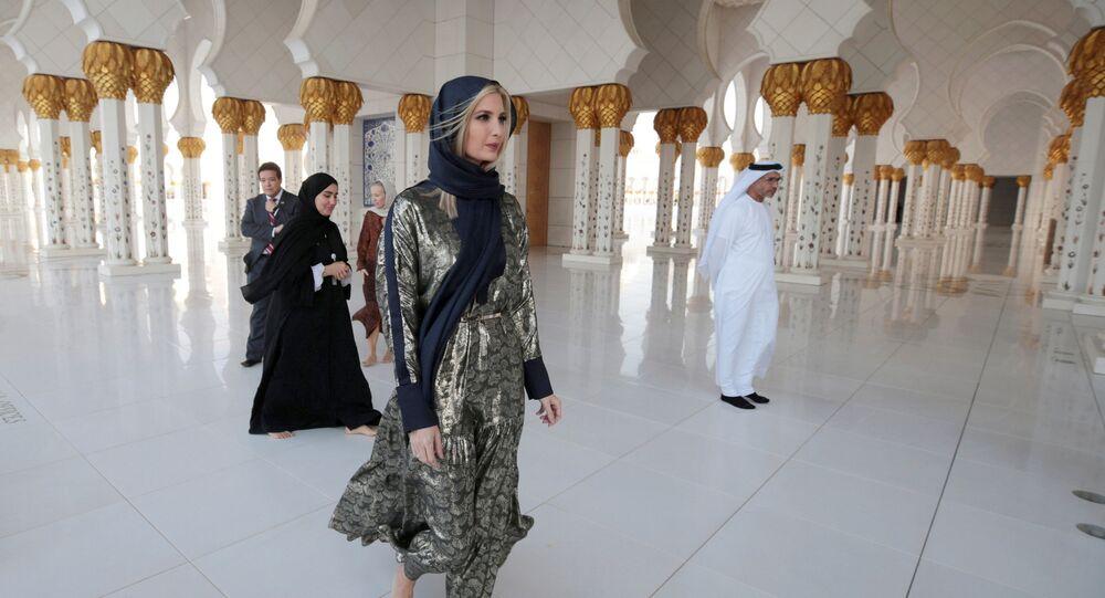 إيفانكا ترامب ترتدي الحجاب في جامع الشيخ زايد الكبير، أبوظبي، الإمارات العربية المتحدة، 15 فبراير/ شباط 2020