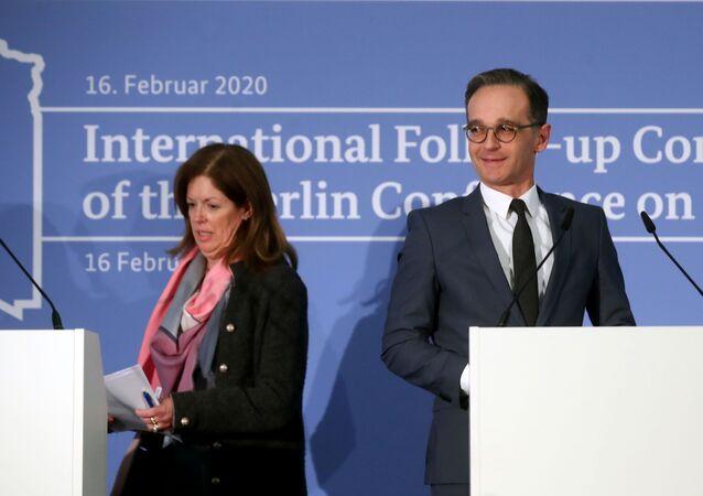 نائبة المبعوث الأممي إلى ليبيا ستيفاني وليامز في مؤتمر صحفي مع وزير الخارجية الألماني هايكو ماس