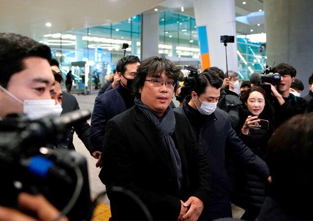 مخرج فيلم باراسايت بونغ جون-هو لحظة وصوله مطار إنشون في كوريا الجنوبية، 16 فبراير/ شباط 2020