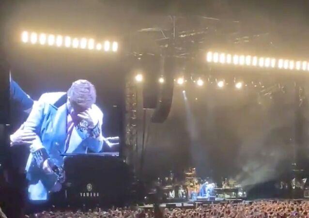 المطرب البريطاني إلتون جون يوقف حفله الغنائي متأثرا بمرضه، نيوزيلندا، 16 فبراير/ شباط 2020