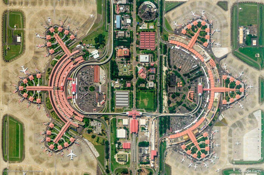 صورة من الفضاء لمطار سوكارنو-هاتا الدولي في تانجيرانج في مقاطعة بانتن، إندونيسيا