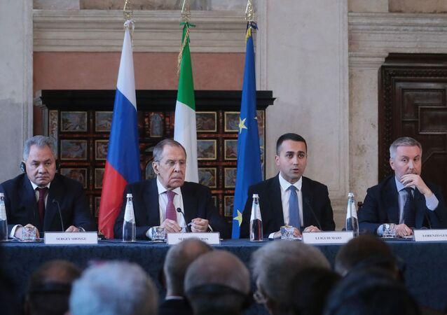 وزير الخارجية الروسي سيرغي لافروف ووزير الدفاع الإيطالي، لورينزو غيريني،
