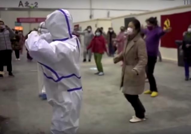 ممرضون يرقصون مع المصابين بفيروس كورونا في مدينة ووهان الصينية