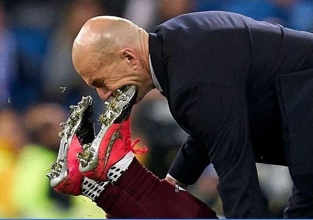 زيدان يتلقى ضربة مؤلمة على وجهه بقدم مدافع فريق سيلتا