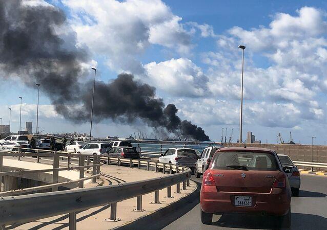 دخان يتصاعد من ميناء طرابلس بعد تعرضه لقصف مدفعي