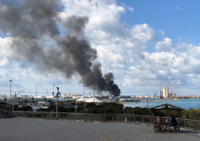 تصاعد الدخان بعد تعرض ميناء طرابلس لقصف مدفعي عنيف