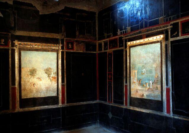 علماء آثار يعملون على لوحة جدارية في منزل البستان (Casa del Frutteto) ، أحد ثلاثة منازل تم ترميمها (منازل قديمة)، أعيد فتحها أمام الجمهور في الموقع الأثري بومبي، إيطاليا 18 فبراير 2020