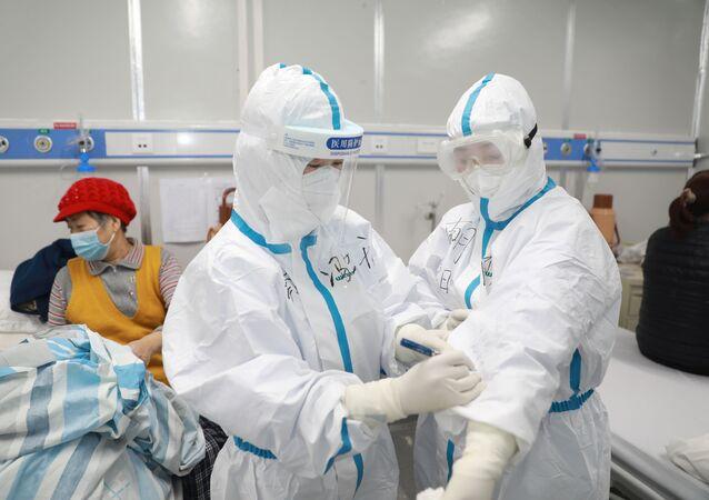 طاقم طبي يعتني بمريض صاب بفيروس كورونا في إقليم هوبي الصيني