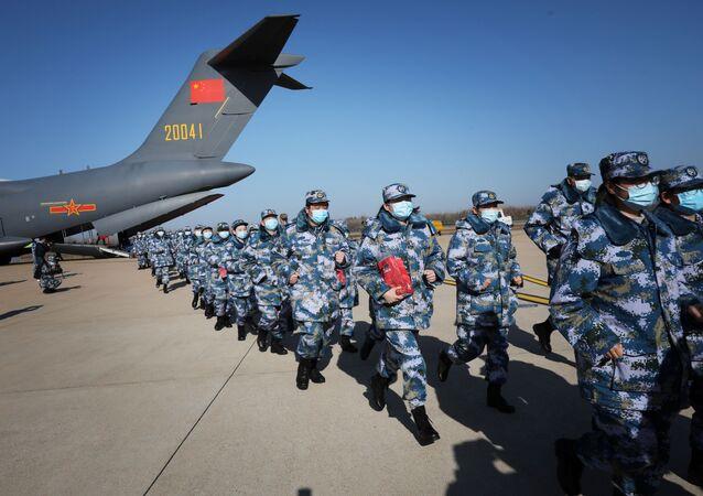 طاقم طبي يصل مدينة ووهان على طائرة نقل تابعة للقوات الجوية لجيش التحرير الشعبي الصيني