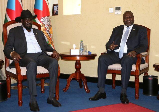 رئيس جنوب السودان سلفا كير في اجتماع مع زعيم المتمردين في جنوب السودان ريك مشار