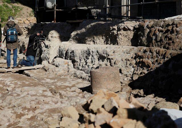 مدخل يؤدي إلى ضريح تحت الأرض يعتقد أنه مخصص لرومولوس، مؤسس روما القديم، روما، إيطاليا، 21 فبراير/ شباط 2020
