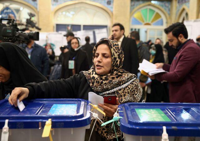 امرأة تدلي بصوتها خلال الانتخابات البرلمانية في مركز اقتراع في طهران