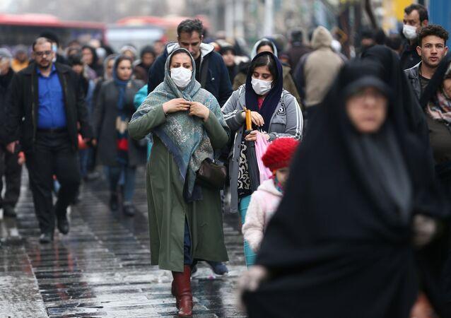 إيرانيون يرتدون الكمامات بعد تفشي فيروس كورونا في إيران