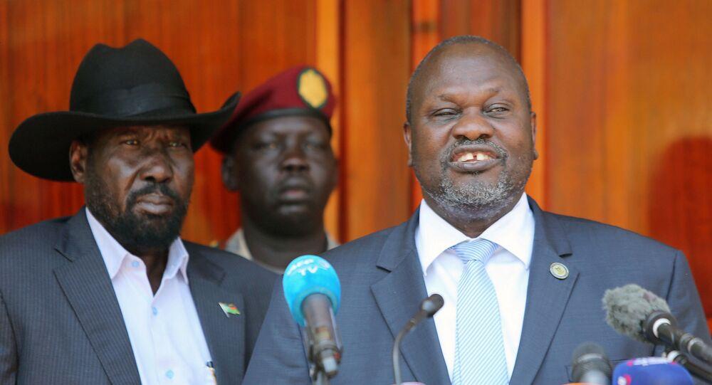 زعيم المعارضة في جنوب السودان رياك مشار يؤدي اليمين الدستوري نائبا أول للرئيس سلفا كير ميارديت