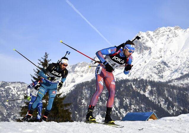 الرياضي الروسي والفرنسي في سباق البياثلون