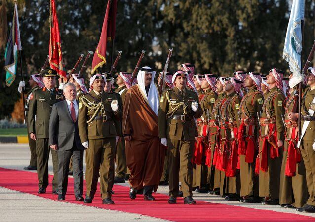 مراسم استقبال لأمير قطر، الشيخ تميم بن حمد آل ثاني، في مطار الملكة علياء في العاصمة الأردنية عمان، ويسير بجواره العاهل الأردني، الملك عبد الله الثاني، 23 فبراير/شباط 2020