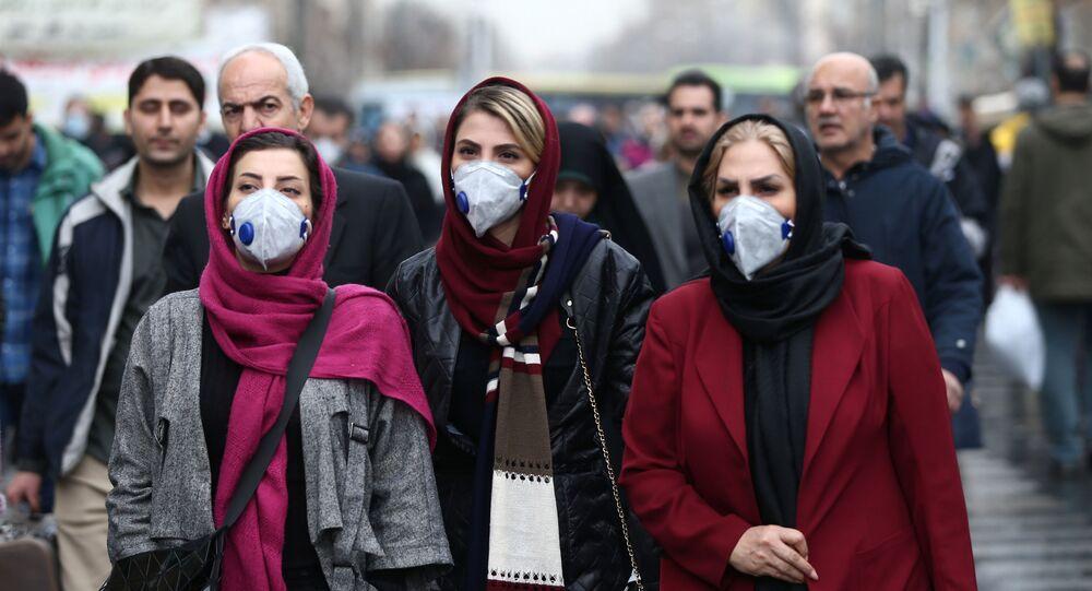 نساء إيرانيات يرتدين أقنعة بعد تفشي فيروس كورونا في إيران