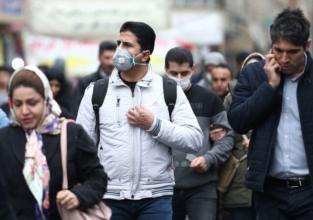 إيرانيون يرتدون أقنعة بعد تفشي فيروس كورونا في إيران