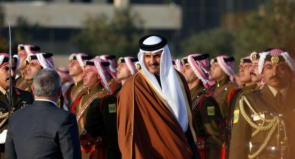 أمير قطر الشيخ تميم بن حمد آل ثاني مع الملك عبد الله الثاني خلال استقباله في مطار الملكة علياء، الأردن، 23 فبراير/ شباط 2020