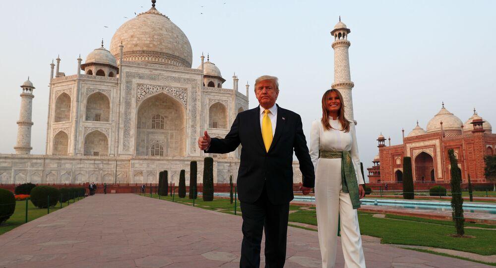 الرئيس الأمريكي دونالد ترامب وزوجته ميلانيا ترامب يمسكان بأيدي بعضهما أمام ضريح تاج محل، الهند، 24 فبراير/ شباط 2020