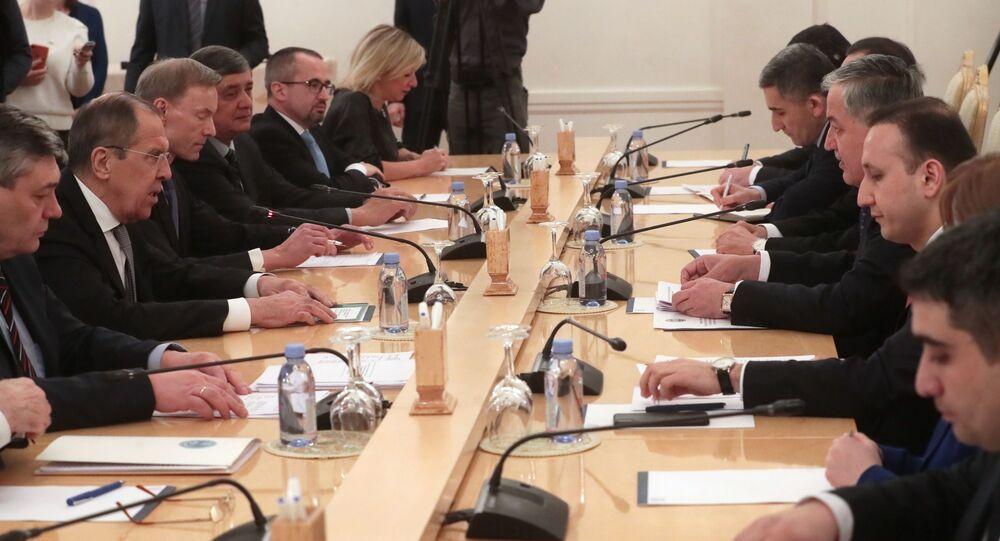 وزير خارجية روسيا سيرغي لافروف مع وزير خارجية طاجيكستان سراج الدين مهر الدين