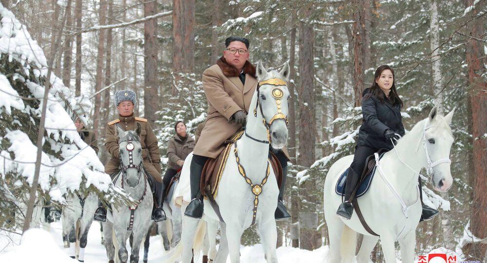 الزعيم الكوري الشمالي كيم جونغ أون، وشقيقته كيم يو جونغ