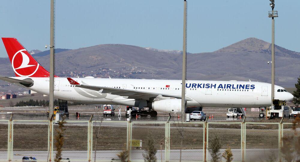 سيارات الإسعاف حول طائرة للخطوط الجوية التركية قادمة من طهران بعد هبوطها في مطار إسنبوغا الدولي  - تركيا