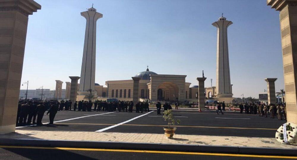 قوات الأمن أمام مسجد المشير قبل جنازة الرئيس المصري الأسبق محمد حسني مبارك، 26 فبراير/شباط 2020