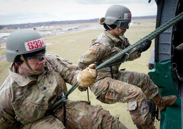جنود في الجيش الأمريكي يشاركون في تدريب عسكري