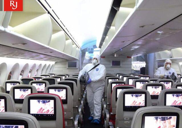 تعقيم طائرة تابعة للخطوط الملكية الأردنية مطار الملكة علياء الدولي في عمان
