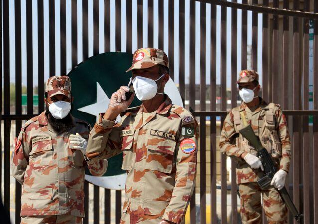 جنود باكستانيون خلال عمليات فحص المشتبه في إصابتهم بفيروس كورونا الجديد