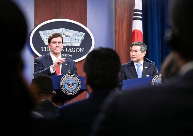 وزير الدفاع الأمريكي مارك إسبر ووزير الدفاع الكوري الجنوبي كيونغ دو في مؤتمر صحفي بالبنتاغون