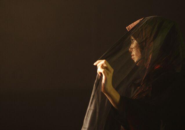 عارضة أزياء تشارك في مسابقة لتصميم ملابس إسلامية - حجاب