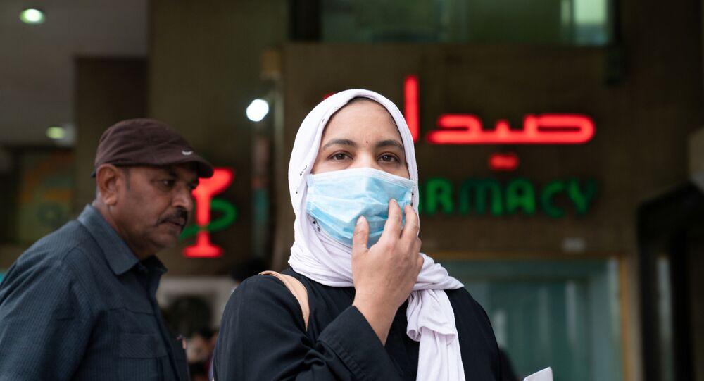 امرأة ترتدي كمامة طبية في الكويت، بعد اندلاع فيروس كورونا المستجد، 25 فبراير/ شباط 2020