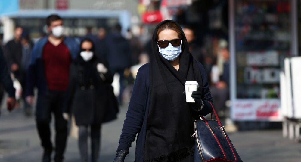 مواطنة إيرانية ترتدي كمامة طبية أثناء سيرها في طهران للوقاية من فيروس كورونا المستجد، 29 فبراير/ شباط 2020