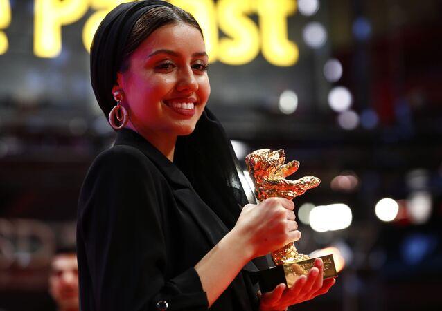 باران رسولوف تحمل جائزة الدب الذهبي في حفل ختام مهرجان برلين السينمائي الـ70، 29 فبراير/ شباط 2020