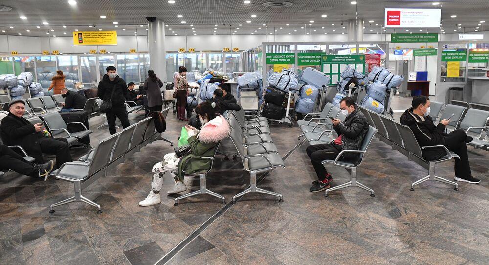مسافرون يرتدون الكمامات خوفا من كورونا